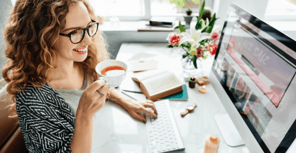 Señorita editando su sitio web Ingenium